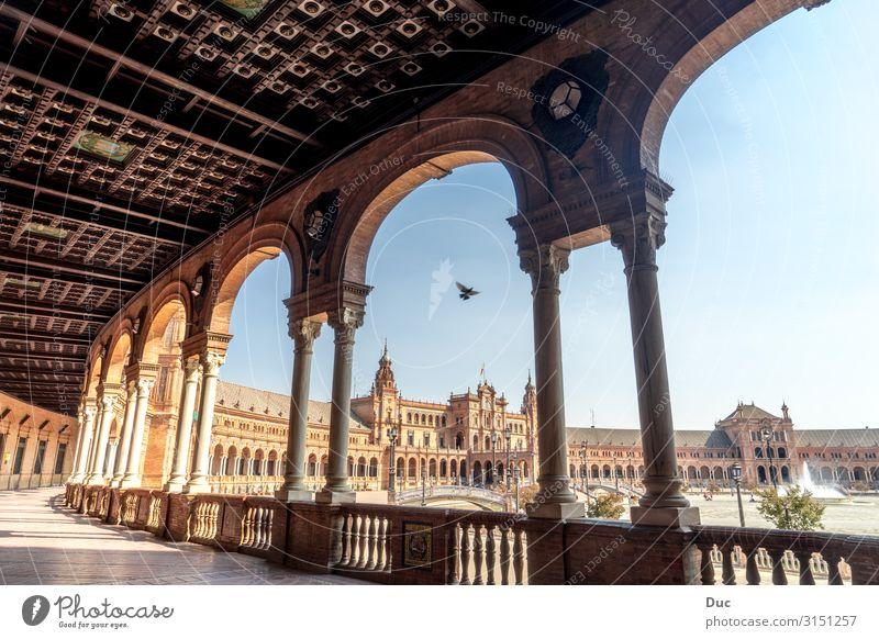 Beautiful architecture of the Plaza de Espana Sevilla Spanien Plaza de España Andalusia Andalusien Europa Stadt Stadtzentrum Altstadt Menschenleer Palast