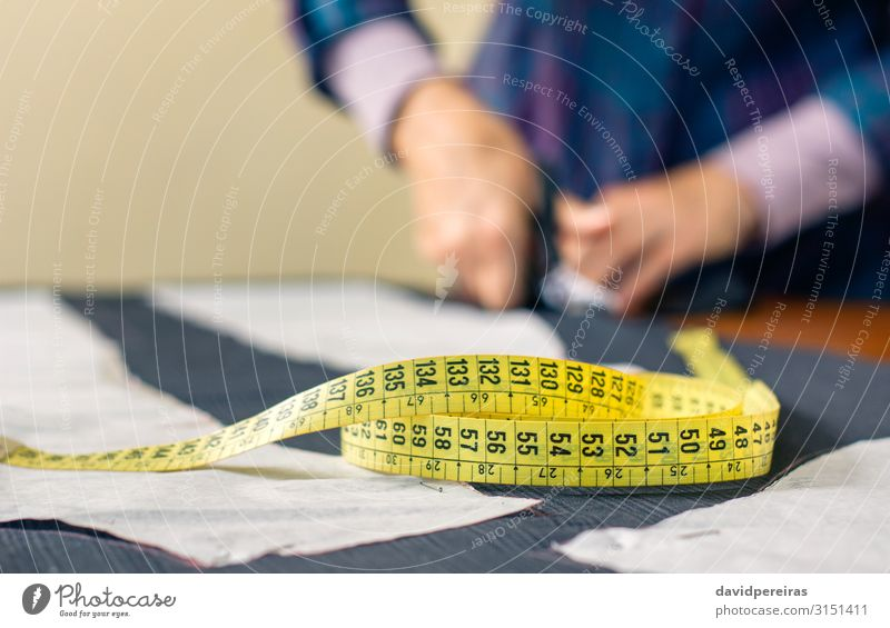 Maßband mit Schneiderzuschnitt im Hintergrund Design Basteln Tisch Arbeit & Erwerbstätigkeit Beruf Handwerk Schere Mensch Frau Erwachsene Mode Bekleidung Stoff