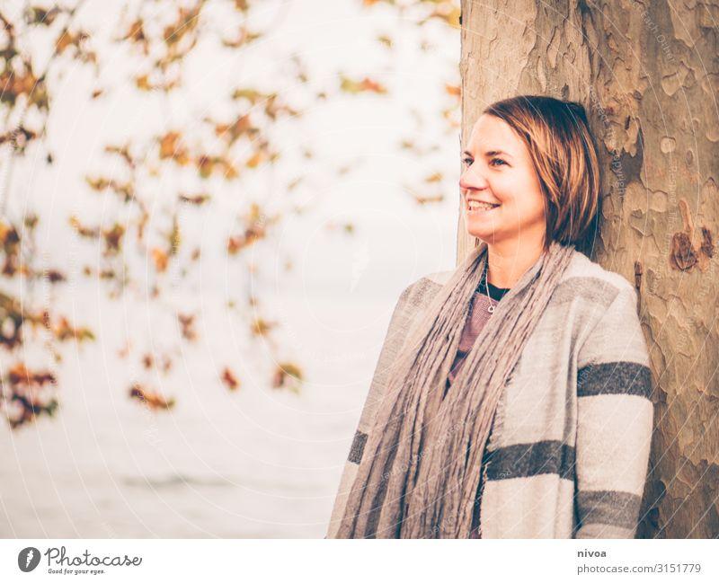 fröhliches Herbstportrait einer Frau Mensch Natur Wasser Baum Erholung Ferne Gesundheit Erwachsene feminin Freiheit Mode Kopf Körper leuchten