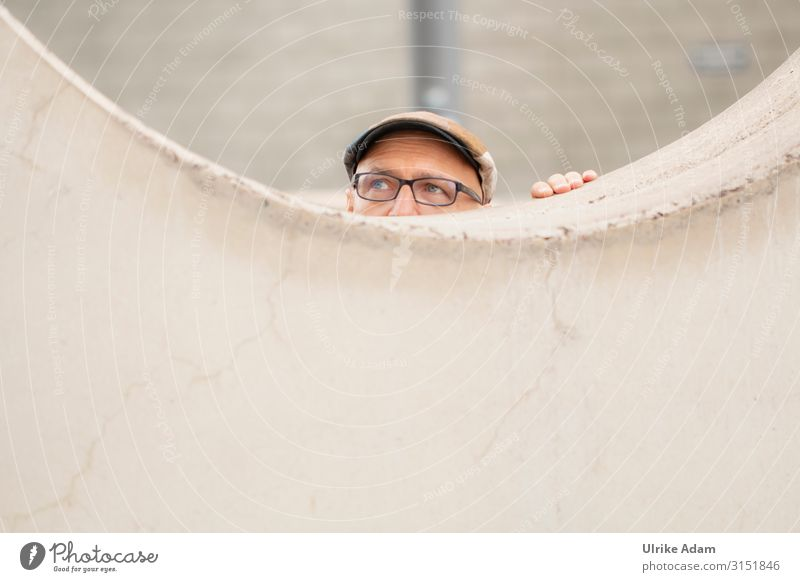 In Deckung gehen .... Mensch Mann Fenster Auge Erwachsene Wand Mauer Kopf braun Angst maskulin 45-60 Jahre Finger gefährlich Hamburg Brille