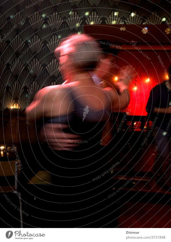 Tanzendes Paar in Berlin Musik Bar gemeinsam Party Freude Dynamik