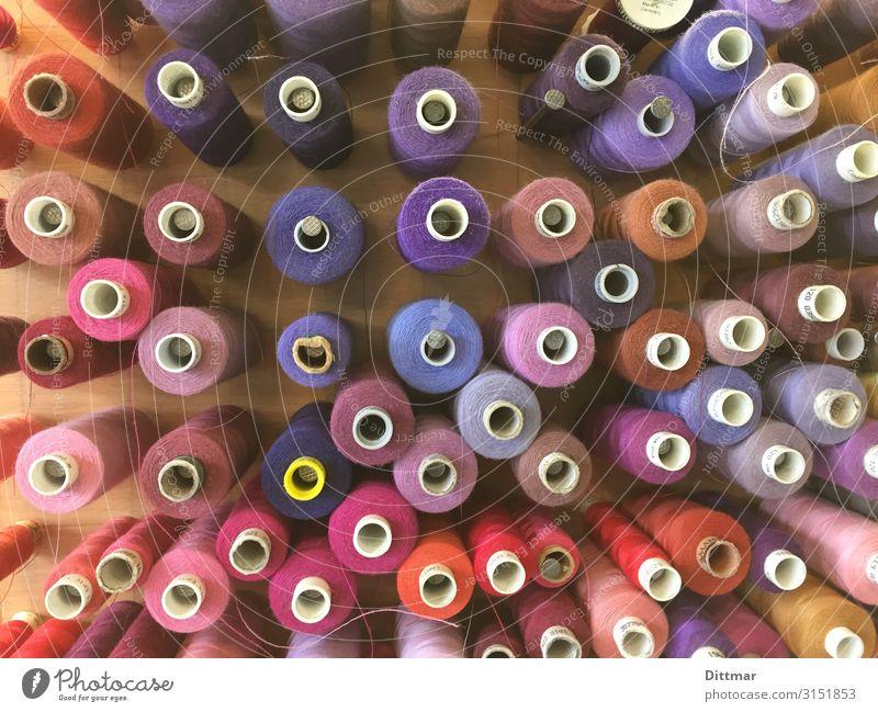 garnrollen im rot-blau-spektrum Garnspulen Nähgarn Schneiderei Spektralfarbe violett Team Vielfältig Nähen haut couture Partnerschaft Farbe