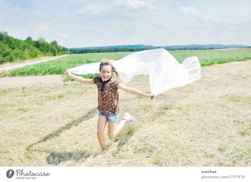 ausgelassen Natur Freude Mädchen Umwelt Glück Spielen Freiheit fliegen Horizont Feld Kindheit Fröhlichkeit Wind rennen Dynamik flattern