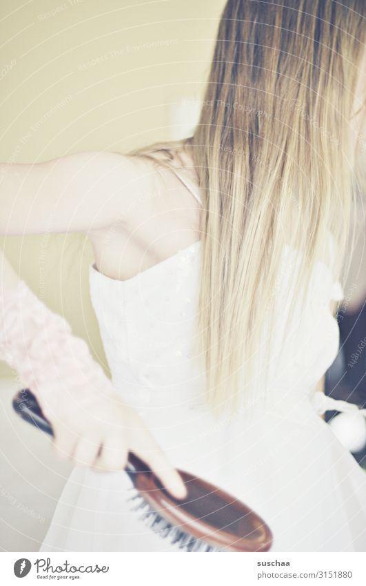 hübsch machen Mädchen Kind schön süß Haare & Frisuren langhaarig blond Haarpflege Bürste Haarbürste Arme Hand Achsel Kleid Momentaufnahme hell Kindheit