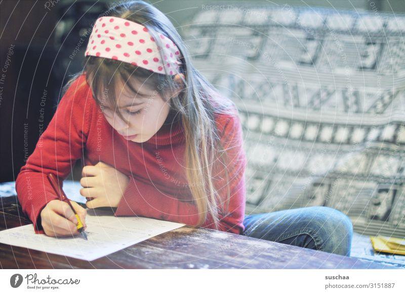 mädchen macht hausaufgaben Kind Mädchen Zuhause Hausaufgaben Schule lernen Bildung Kindheit Innenaufnahme Homeschooling Quarantäne lesen schreiben Schulkind