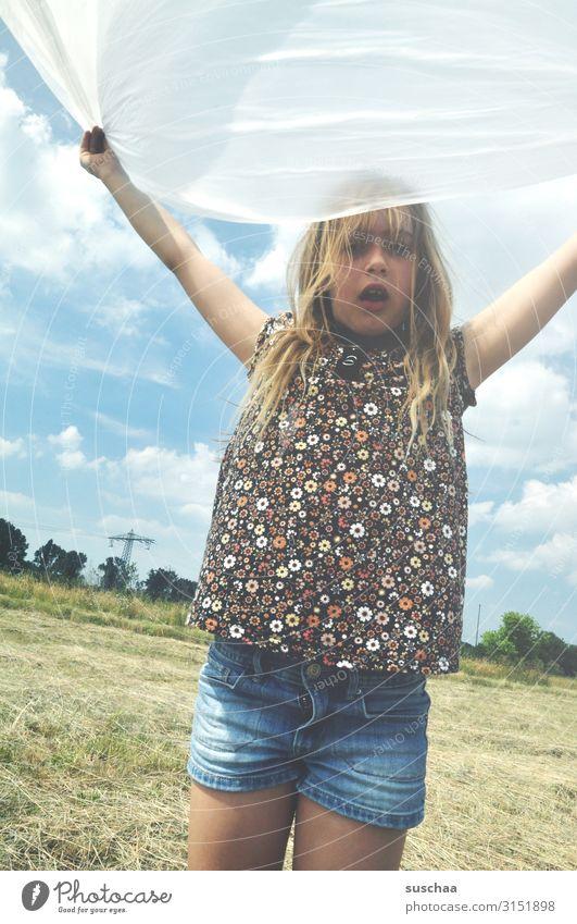 auf dem acker Kind Himmel Natur Sommer Freude Mädchen Umwelt Spielen fliegen Horizont Feld Kindheit Wind Dynamik toben flattern
