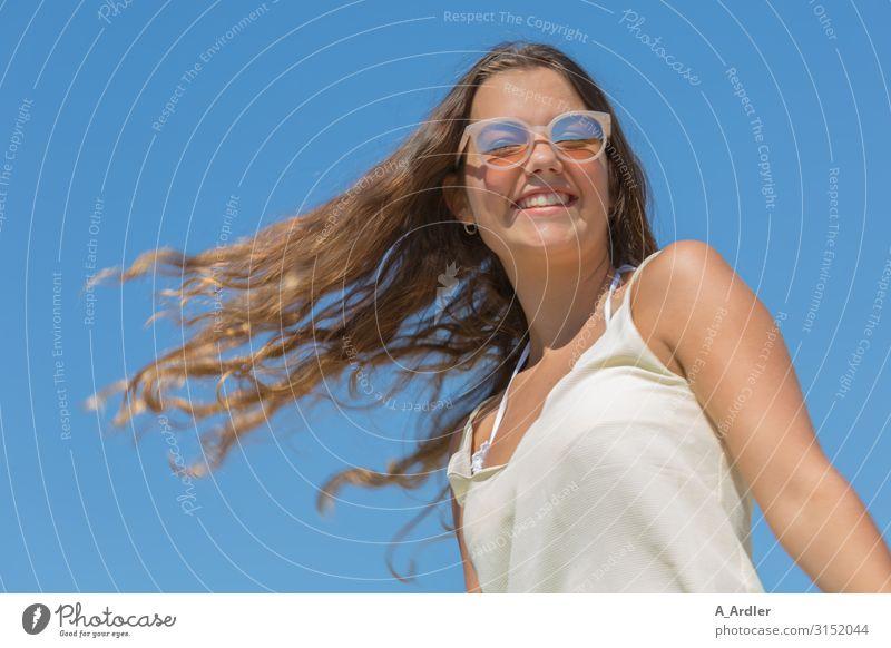 junge Frau mit wehendem langen Haar Lifestyle Stil Freude schön Haare & Frisuren Haut Gesunde Ernährung Leben harmonisch Wohlgefühl Zufriedenheit Sinnesorgane