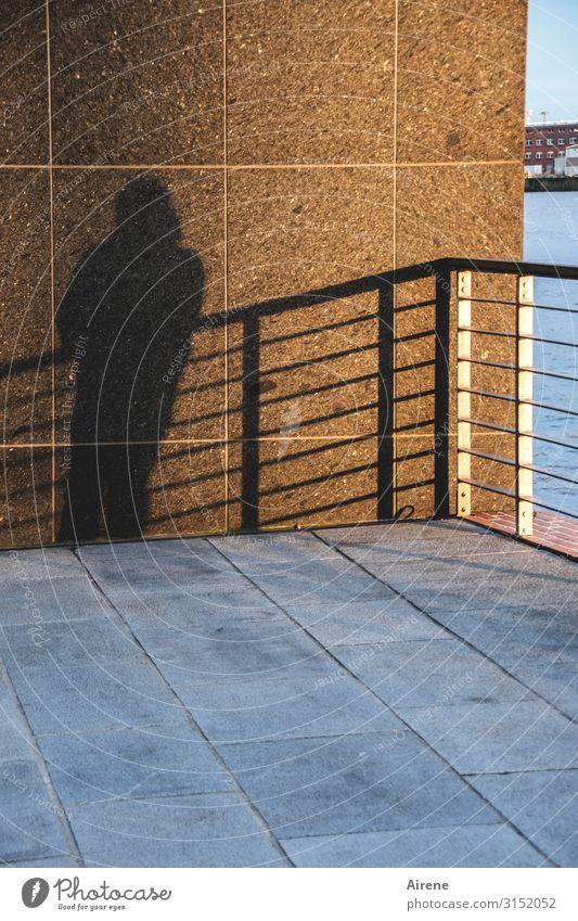 auf der Schattenseite   UT Hamburg Mensch blau schwarz braun Fassade stehen Platz warten Geländer Straßenbelag anlehnen Bodenplatten standhaft Plattform