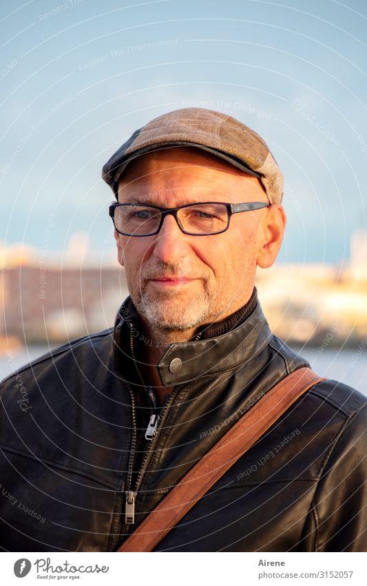 mit sich im Reinen | UT Hamburg Mann Erwachsene Oberkörper 1 Mensch 45-60 Jahre Schönes Wetter Hafenstadt Jacke Leder Brille Mütze ästhetisch Freundlichkeit