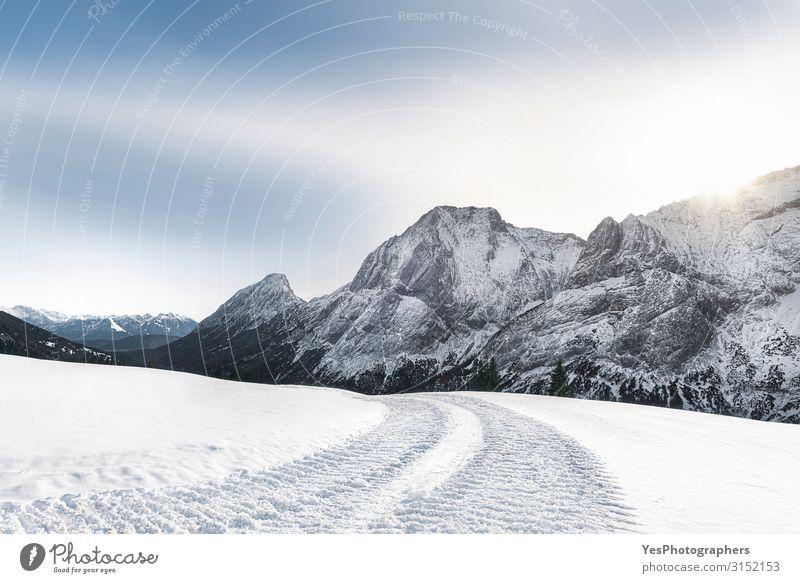 Alpine Winterlandschaft mit verschneiten Bergen und verschneiter Straße Ferien & Urlaub & Reisen Tourismus Ausflug Abenteuer Freiheit Schnee Berge u. Gebirge