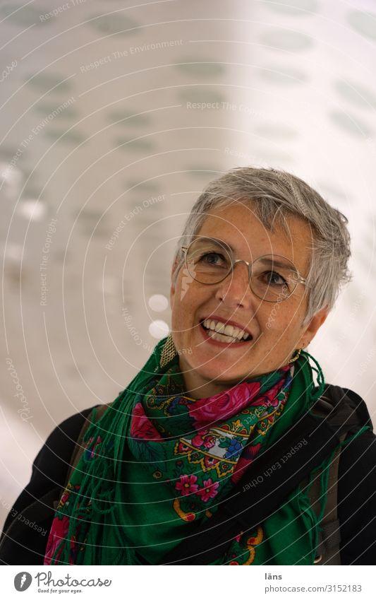 erwartungsvolle Frau Mensch feminin Leben 1 45-60 Jahre Erwachsene beobachten entdecken Fröhlichkeit Glück Gefühle Freude Zufriedenheit Lebensfreude Vorfreude