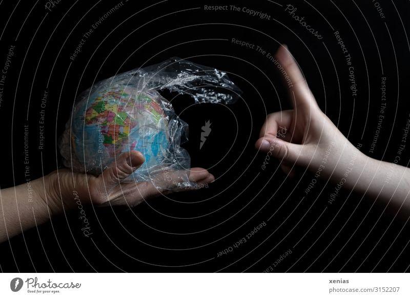 So nicht! Hand hält Erdkugel mit Plastik umwickelt verneinendem Zeigefinger entgegen Finger Umwelt Natur Erde Klima Klimawandel Globus Zukunftsangst