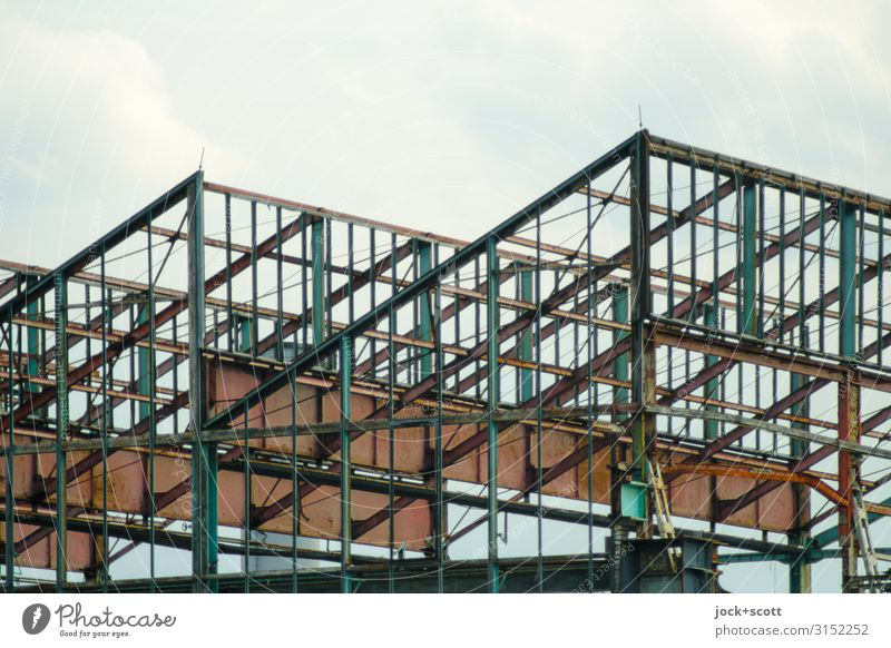 konstruktive einer Halle Industrie lost places Himmel Treptow Konstruktion Metall Rost Linie authentisch eckig fest groß viele grau Stimmung Einigkeit
