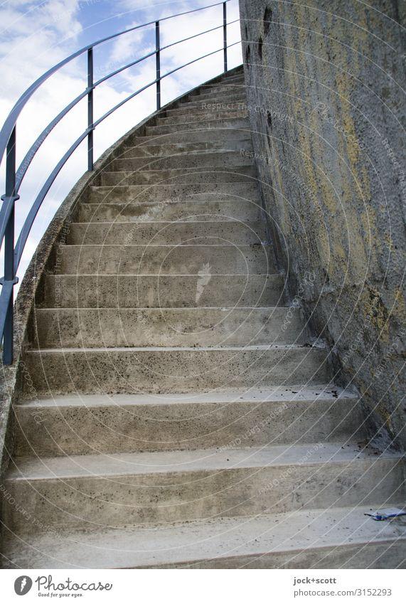 Außentreppe Wissenschaften Himmel Wolkenloser Himmel Klima Treptow Gebäude Betonmauer Treppe Treppengeländer authentisch fest historisch lang grau Stimmung