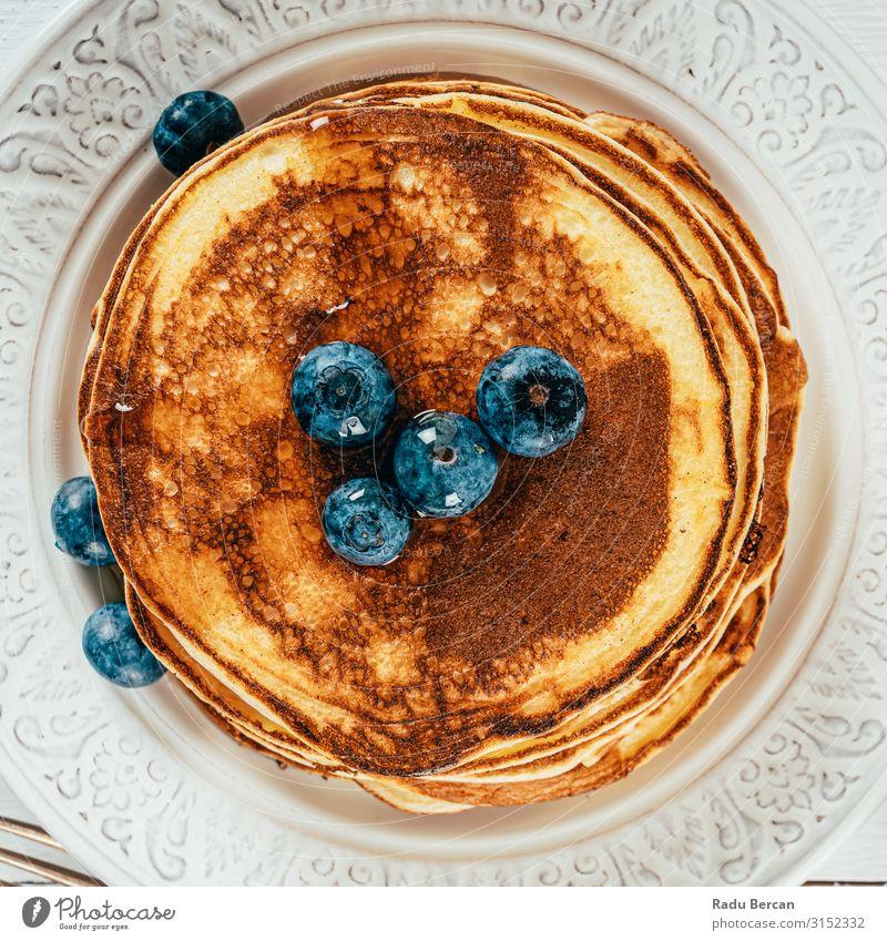 Blaubeere und Ricotta Amerikanische Pfannkuchen Frühstück Lebensmittel süß Dessert Mahlzeit frisch Sirup Morgen Blaubeeren Stapel Beeren Ahorn Frucht gebastelt