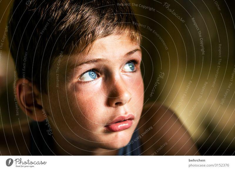 ungewissheit | corona thoughts still aufmerksam Zukunftsangst Krise ängstlich besorgt melancholisch blau blaue augen Nahaufnahme berührend Kind Junge