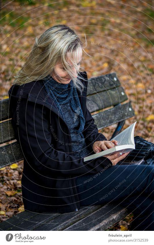 Blättern | UT HH19 ruhig lesen Bildung lernen feminin Frau Erwachsene Mensch 30-45 Jahre Medien Printmedien Buch Natur Herbst Blatt Garten Park Wald Jacke Tuch