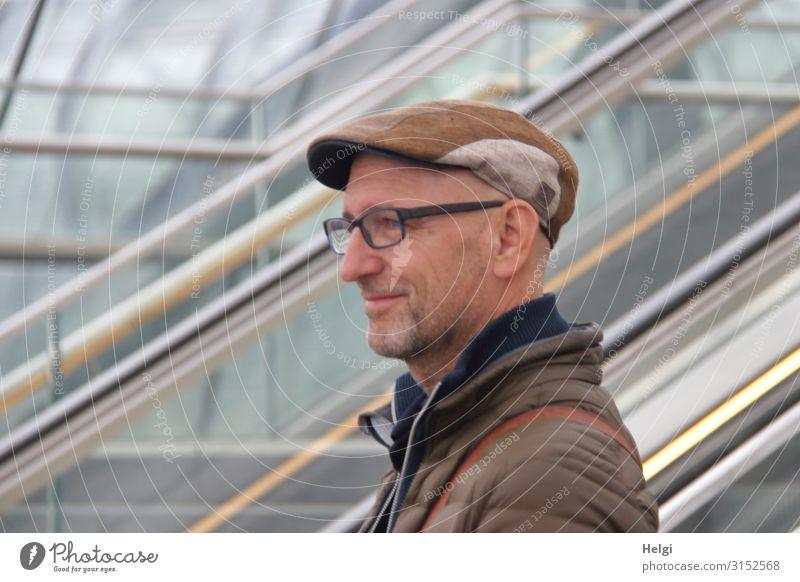 Porträt eines freundlich lächelnden Mannes mit Bart, Brille und Cap Mensch maskulin Erwachsene 1 45-60 Jahre Rolltreppe Bekleidung Jacke Hut Dreitagebart Linie