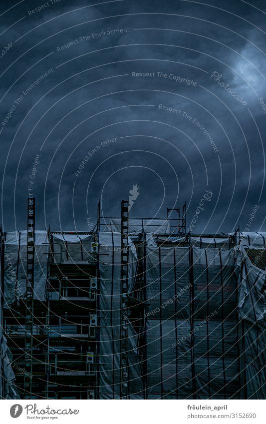 Stabilität | UT HH19 Natur Wolken Klima Klimawandel Wetter schlechtes Wetter Unwetter Sturm Regen Haus Gebäude bedrohlich dunkel gruselig wild blau grau schwarz