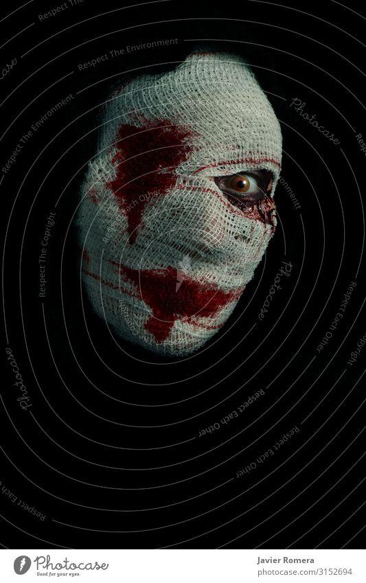 Verbundene, schreckliche Frau mit einem blutigen Blick. Haut Schminke Halloween Erwachsene Traurigkeit Aggression bedrohlich dunkel Ekel gruselig hässlich