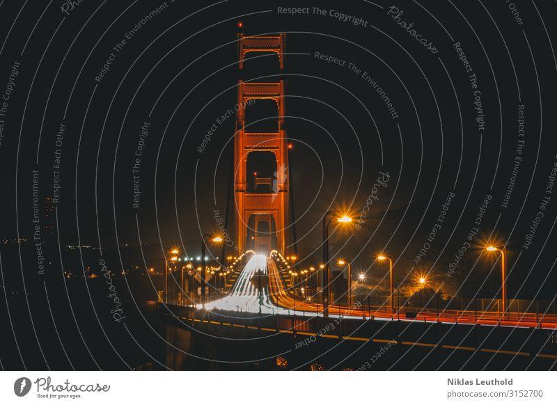 Golden Gate Bridge bei Nacht mit Lichtspuren Leuchtspur Straßenbeleuchtung Menschenleer Verkehr Nachtaufnahme Sightseeing Städtereise Stadt Brücke