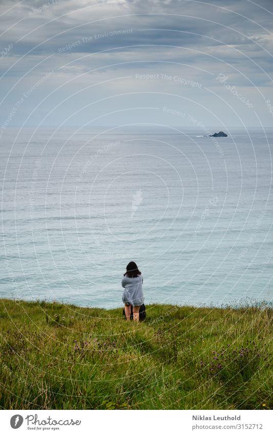 Frau am Meer mit Hund Mensch Himmel Natur Jugendliche Sommer Wasser Landschaft Wolken Tier Einsamkeit 18-30 Jahre Erwachsene Umwelt kalt