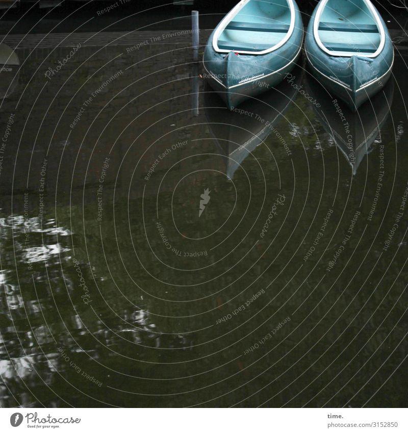 Vorfreude boot zwei blau wasser spiegelung kanu wasserfahrzeug anleger türkis freizeit ausflug erholung paar gemeinsam schwimmen fluss see natur paddelboot