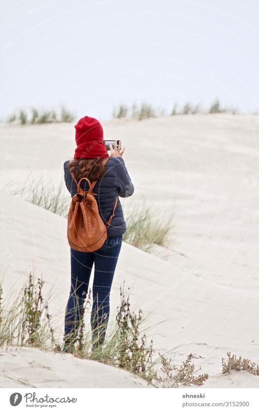 Strandfotografin Handy Frau Mensch Jugendliche Junge Frau ruhig Ferne Erwachsene feminin Küste Mode Stimmung ästhetisch Idylle Bekleidung Klima