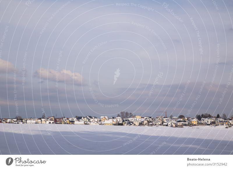 Winteridylle blau schön weiß Landschaft Sonne Haus Wolken Schnee Zusammensein Erde Häusliches Leben leuchten Wetter liegen Ordnung