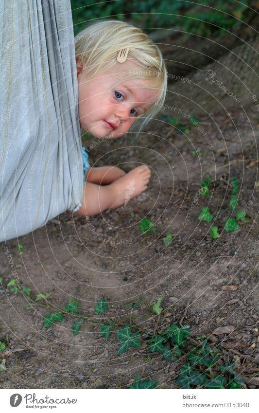 Kleinkind kuckt aus einer Schaukel, in der Natur Spielen Ferien & Urlaub & Reisen Garten Mensch feminin Kind Mädchen Kindheit Erde Pflanze beobachten Bewegung