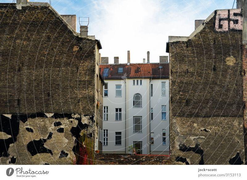 fein eingerahmt Straßenkunst Himmel Prenzlauer Berg Stadtteil Stadthaus Gebäude Fassade Hinterhof Brandmauer Schriftzeichen authentisch eckig Originalität retro