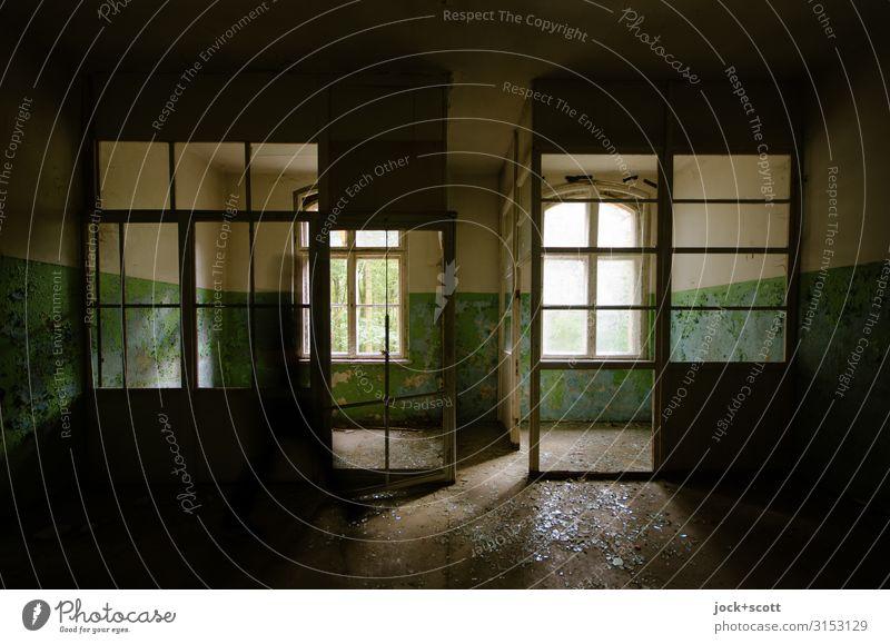 Lost in Raum Architektur Ruine Heilstätte Fenster Abteilung Kammer dreckig historisch Stimmung Verschwiegenheit Vergänglichkeit Zahn der Zeit verfallen
