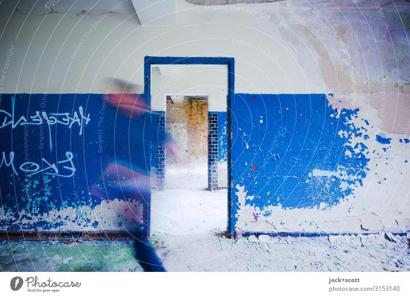 ich mach mal blau 1 Mensch lost places Brandenburg Wand Türrahmen gehen dreckig historisch einzigartig Geschwindigkeit Gefühle Willensstärke Einigkeit Bewegung