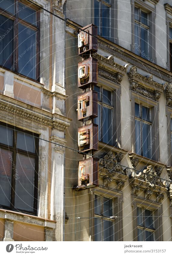 Hotel zum Rost Städtereise lost places DDR Görlitz Stadtzentrum Fassade Fenster Metall authentisch eckig kaputt oben retro braun Stimmung Einigkeit standhaft