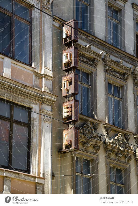Hotel zum Rost Städtereise lost places DDR Schönes Wetter Görlitz Stadtzentrum Fassade Fenster Metall authentisch eckig kaputt oben retro braun Stimmung