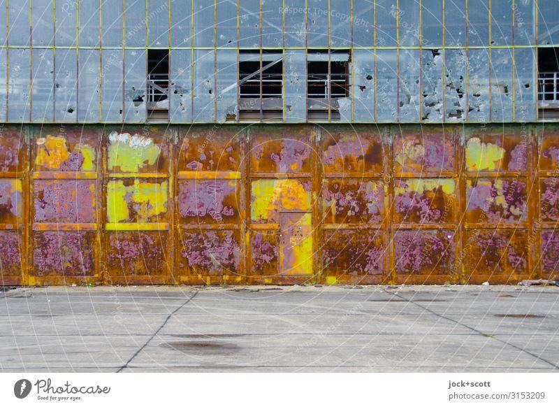 Du bist Halle lost places Klima Brandenburg Ruine Platz Tor Beton Metall Rost authentisch groß hässlich kaputt trashig Stimmung standhaft Ende Endzeitstimmung