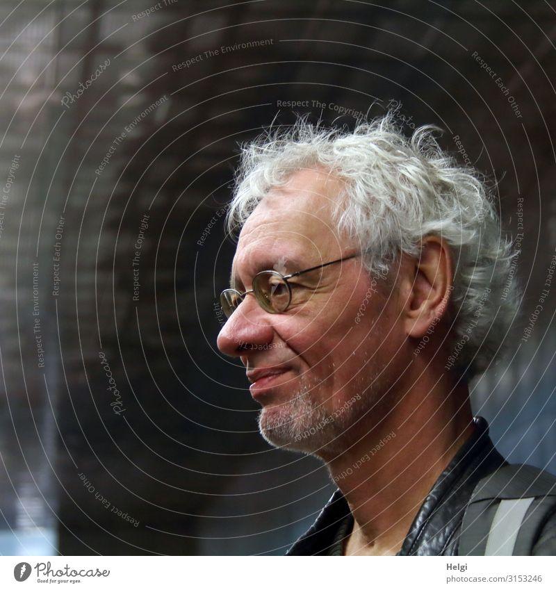 lächelnder männlicher Senior mit silbergrauen Haaren, Brille und Dreitagebart im Halbprofil schaut nach vorne Mensch maskulin Mann Erwachsene Männlicher Senior