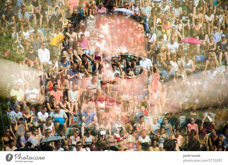 Einklang mit euch Freude Gesicht 1 Mensch Menschenmenge 45-60 Jahre Erwachsene Veranstaltung Sonnenbrille beobachten Musik hören sitzen außergewöhnlich