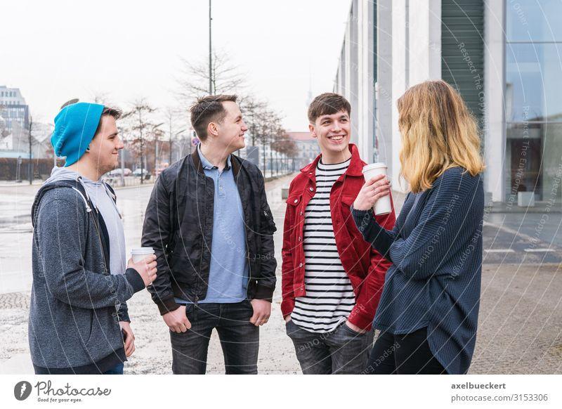 Gruppe Freunde unterhalten sich auf der Straße trinken Kaffee Latte Macchiato Becher Lifestyle Freizeit & Hobby Student Mensch Junge Frau Jugendliche