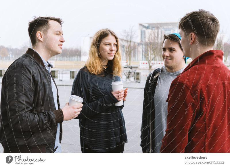 4 Teenager unterhalten sich auf der Straße Heißgetränk Kaffee Latte Macchiato Becher Lifestyle Freude Freizeit & Hobby Student Mensch Junge Frau Jugendliche