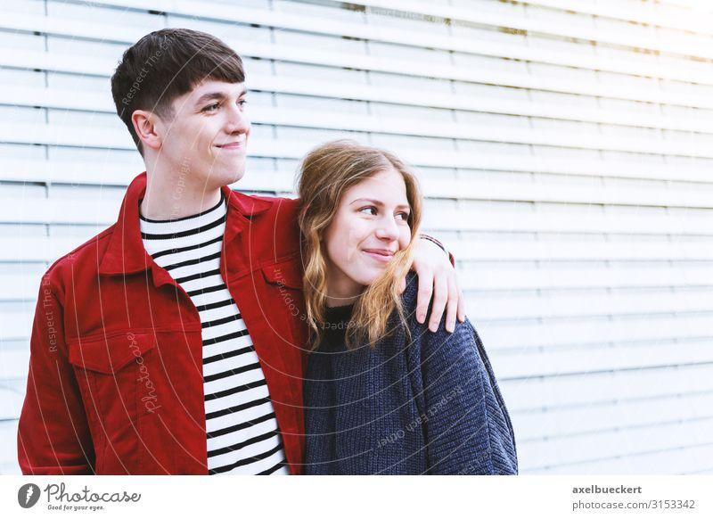 glückliches junges Paar Lifestyle Mensch Junge Frau Jugendliche Junger Mann Erwachsene Freundschaft Partner 2 13-18 Jahre 18-30 Jahre Lächeln authentisch