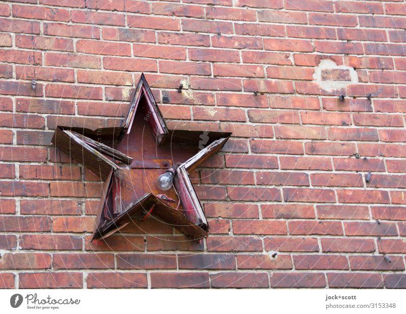 Leuchte roter Stern Sozialismus Ideologie Wand Sammlerstück Glühbirne Backstein Stern (Symbol) 5 eckig kaputt Spitze Kultur Symmetrie Verfall Vergangenheit