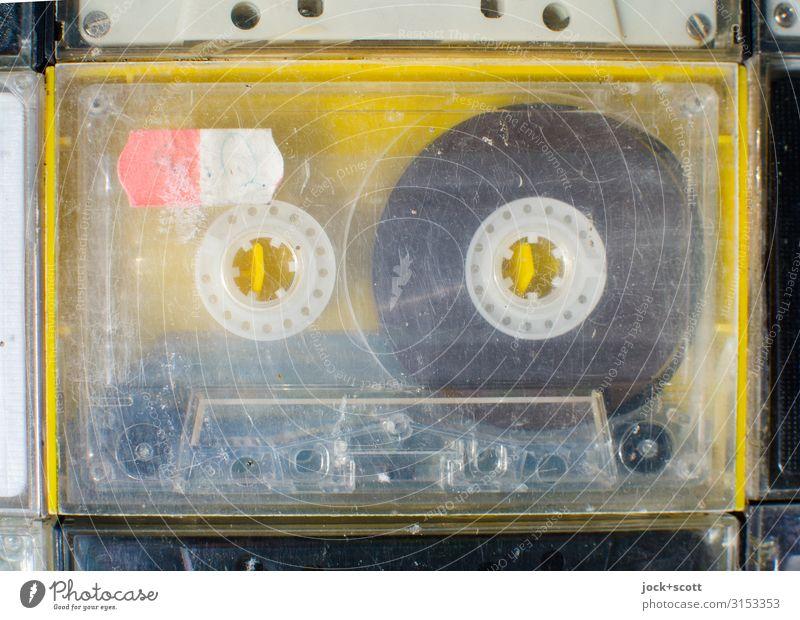 MC Kompaktkassette gebraucht und abgenutzt Unterhaltungselektronik Musikkassette Sammlerstück Kunststoff Kratzer authentisch Originalität retro gelb