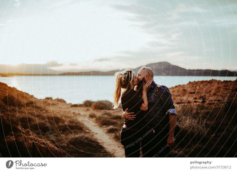 Pärchen küsst sich am Meer bei Sonnenuntergang Zukunft Zusammensein Zusammenhalt social distancing glücklich lustig gemeinsam lachen innig Kontrast