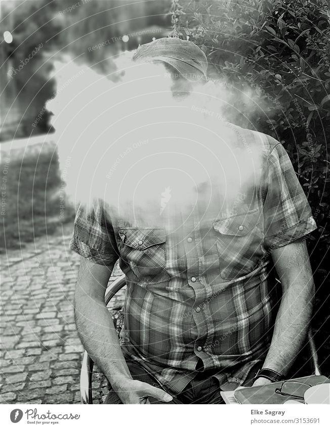 Ohne Dampf kein.... maskulin Junger Mann Jugendliche 1 Mensch 45-60 Jahre Erwachsene Basecap Rauchen Erholung Schwarzweißfoto Außenaufnahme Tag