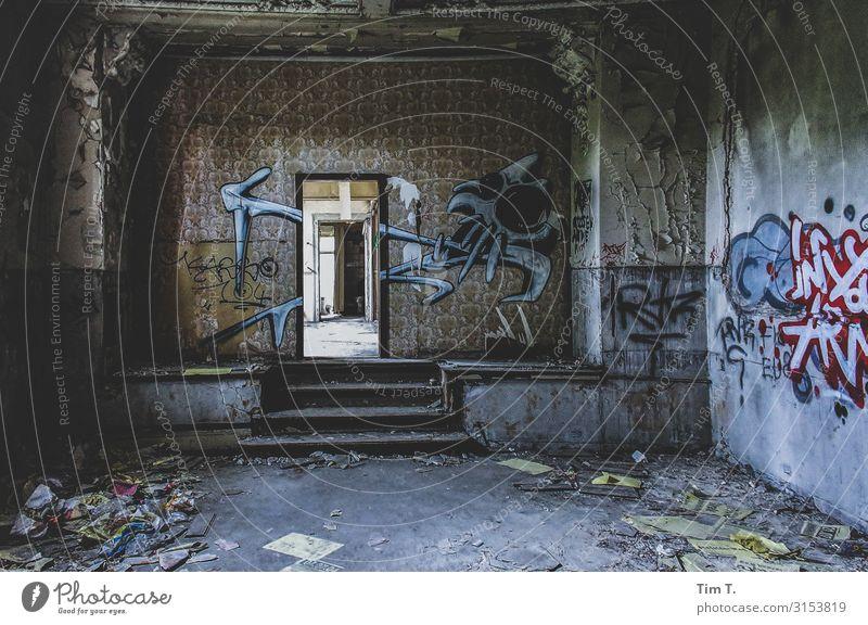 Ballhaus Grünau Berlin Stadt Hauptstadt Stadtrand Menschenleer Haus Ruine Mauer Wand Treppe Tür Verfall Vergangenheit Vergänglichkeit Zerstörung Graffiti