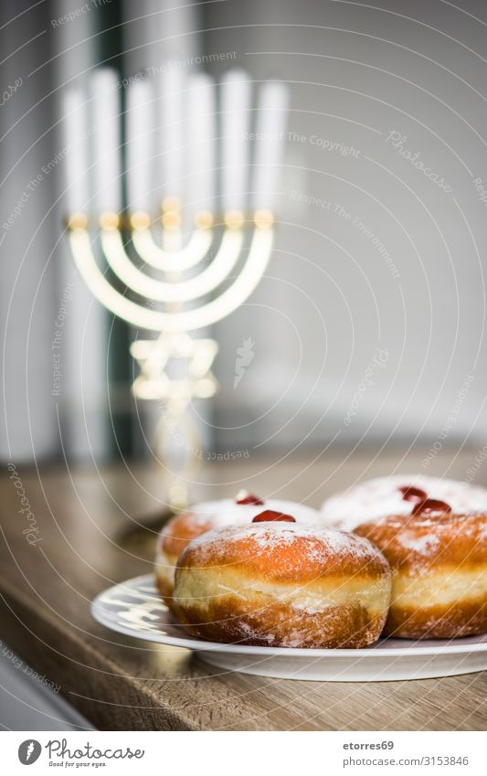 Jüdisches Chanukkah Menora und Sufganiyot Donuts Hanukkah Menorah Kerze leuchten Feste & Feiern Israelis gold Kandelaber Kultur david Dezember