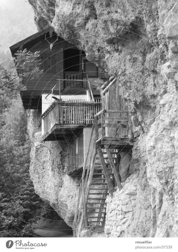 Bergurlaub Wand Jäger Haus Wald Berge u. Gebirge Hütte Felsen Natur B/W Schwarzweißfoto