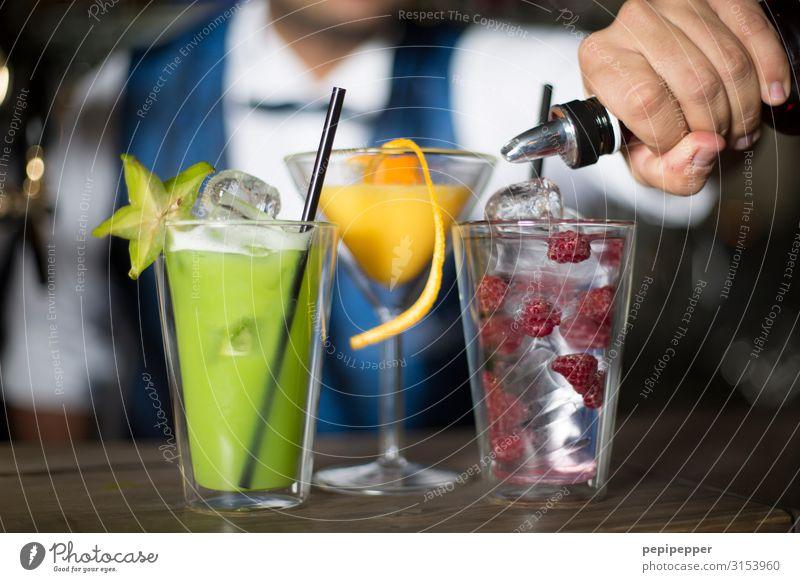Cocktails Frucht Orange Getränk Alkohol Spirituosen Longdrink Nachtleben Party Bar Cocktailbar Strandbar trinken Wirt Arbeitsplatz Gastronomie Körper Anzug Glas