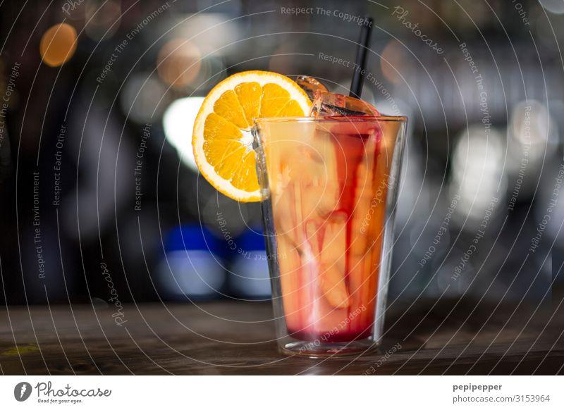 Cocktail Frucht Orange Getränk trinken Alkohol Spirituosen Longdrink Glas Trinkhalm Party Bar Cocktailbar Gastronomie Farbfoto Innenaufnahme Zentralperspektive
